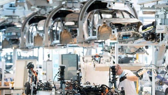 Rohstoff- und Chipmangel bremsen die Autoindustrie