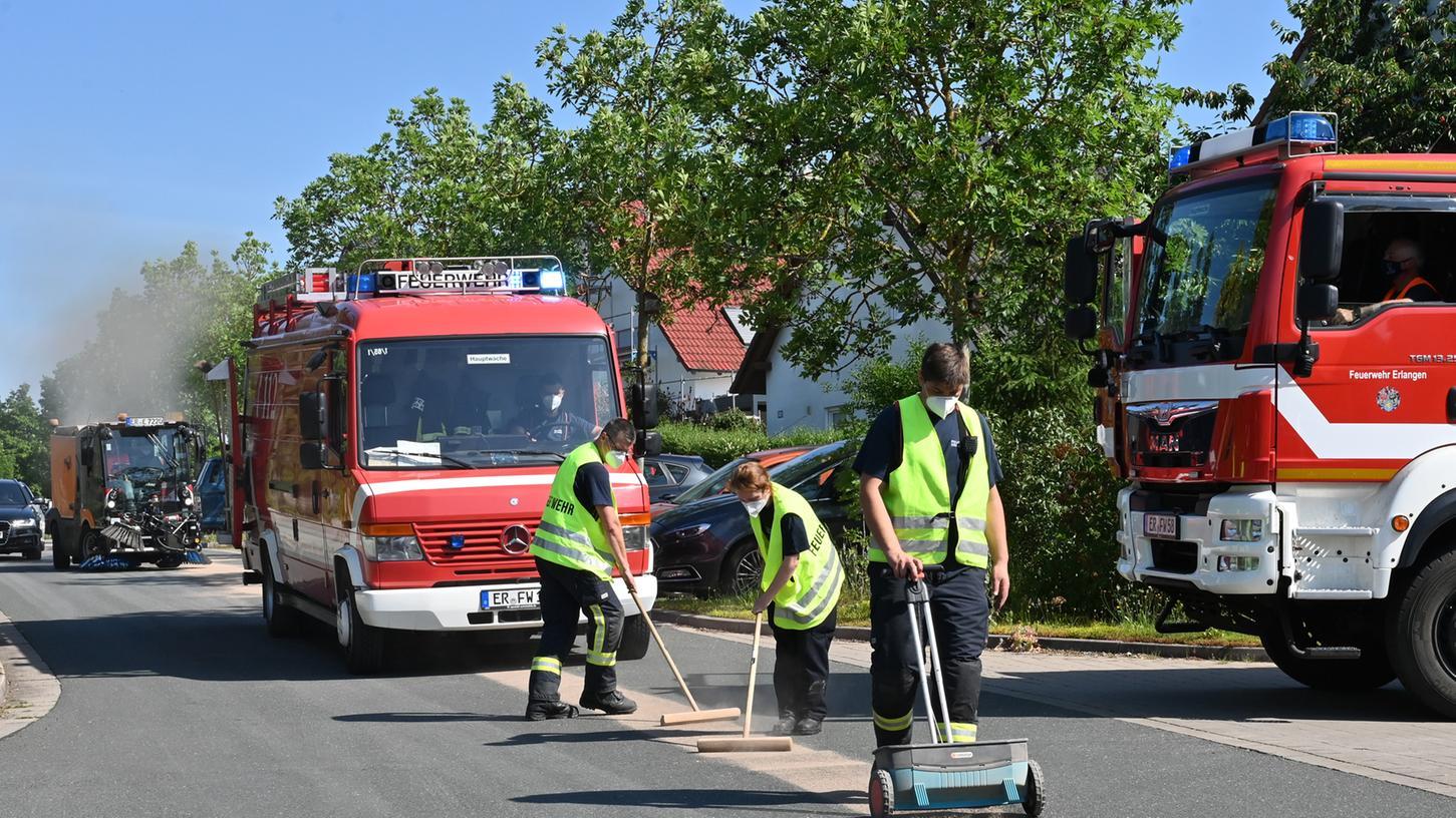 Eine mehr als zwei Kilometer lange Ölspur sorgte in Frauenaurach für erhebliche Verkehrsbehinderungen.