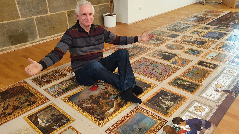 Peter Schubert präsentiert das größte Puzzle der Welt.