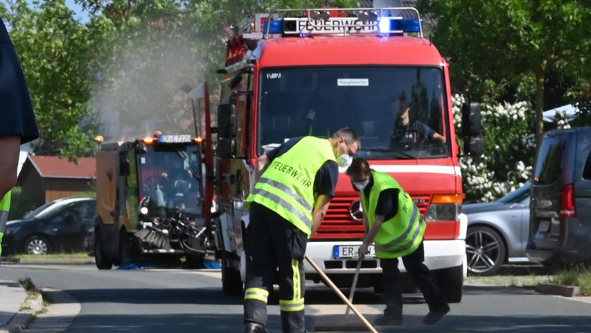 Die Einsatzkräfte der Feuerwehr mussten kilometerweit Ölbindemittel auf der Ölspur verteilen.