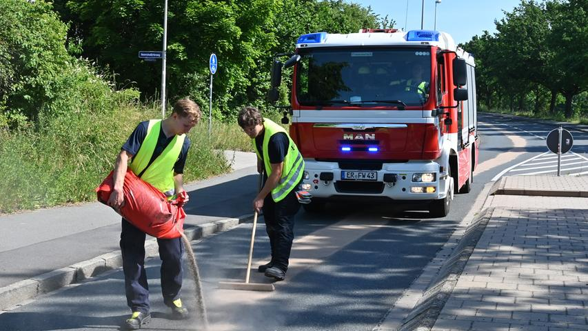 ... bis in die Ricarda-Huch-Straße, wo der Lasterfahrer das auslaufende Öl bemerkt und angehalten hatte.