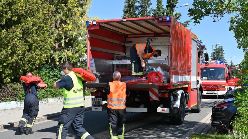 Die Einsatzkräfte der Freiwilligen Feuerwehr Frauenaurach hatten sich Unterstützung von der Ständigen Wache Erlangen geholt.