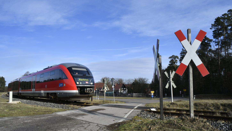 Hier heißt's laut Tuten und runter auf Tempo 60: Der nur mit einem Andreaskreuz gesicherte Bahnübergang der Gredl bei Hofstetten.