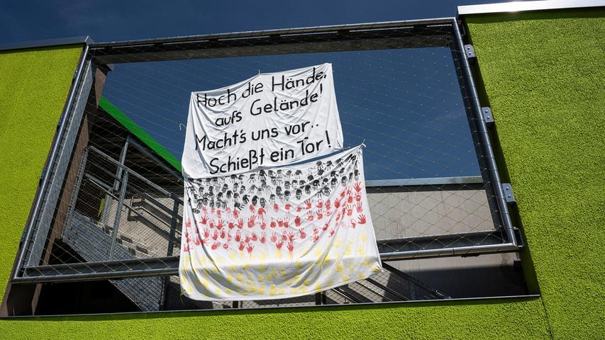 Für die Nationalmannschaft, die in unmittelbarer Nähe der Kindertagesstätte bei Adidas wohnt und trainiert, hängen an der KiTa-Wand Anfeuerungsplakate.