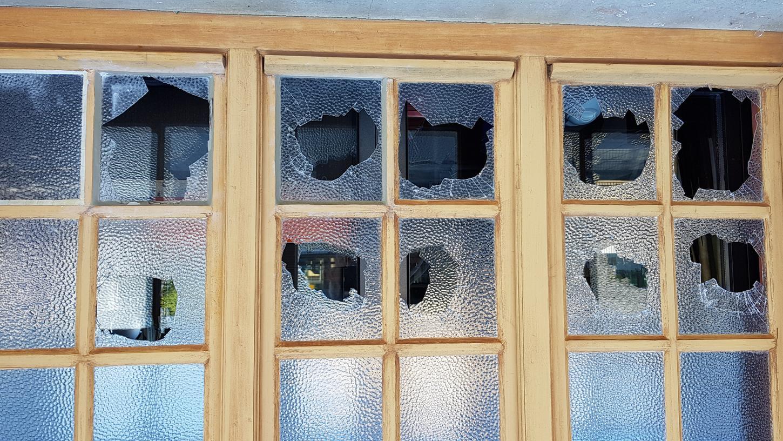 Vandalen haben die Scheiben der Höchstadter Fortuna-Kulturfabrik eingeworfen. Die Stadt will nun hart durchgreifen - mit striktem Alkholverbot und Überwachungskameras.