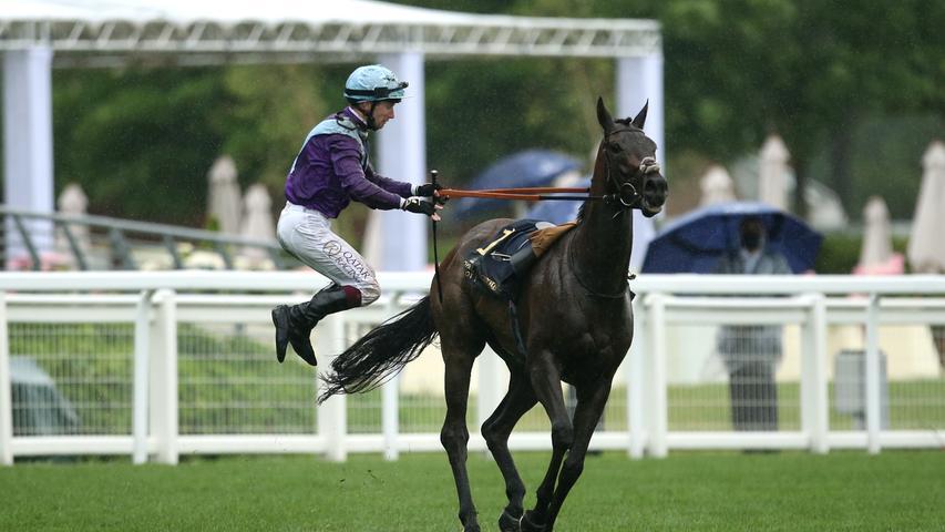 Jockey Oisin Murphy springt von seinem Pferd Alcohol Free, nachdem er die Coronation Stakes gewonnen hat