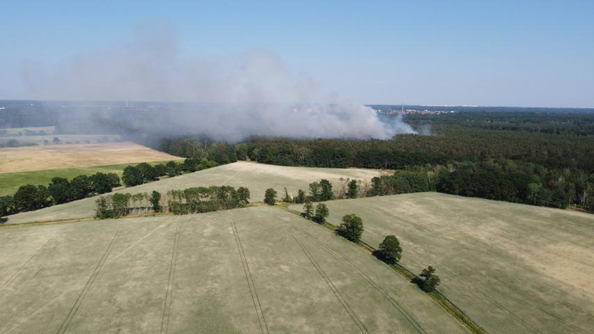Wegen der Hitze steigt im ganzen Land die Waldbrandgefahr. Hier brennt es in Brandenburg.