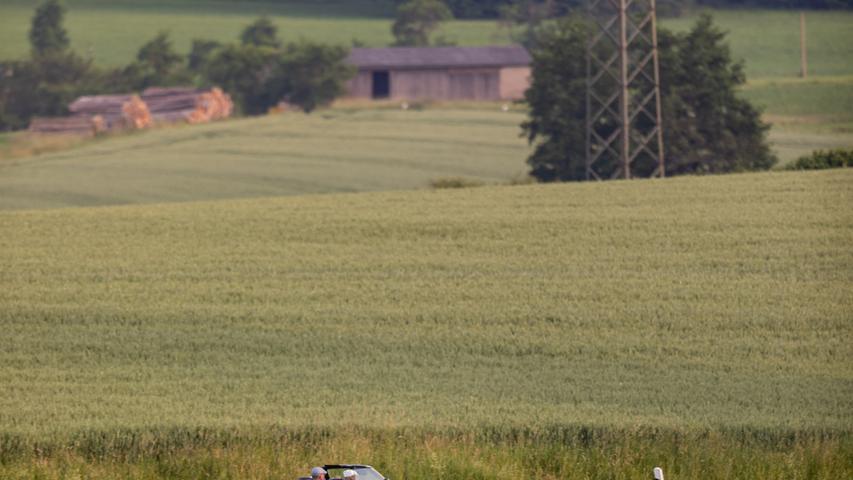 Bei sommerlichen Wetter und Temperaturen von über 30 Grad startet die Altmühltal Classic Sprint am Freitag (18.06.2021) in Nürnberg. Über 50 Fahrzeuge bahnen sich ihren Weg von der Noris über Zirndorf, Cadolzburg und Langenzenn bis nach Markt Erlbach. Von dort geht es südlich wieder zurück in Richtung Metropolregion.Das Startafeld bestückt mit Oldtimern und Youngtimern. Darunter wahre Schätze, wie zwei Mercedes 300 SL Baujahr 1957. Auch Rennsport-Klassiker wie ein Austin Healey 100/4-Le Mans kurven durch Mittelfranken. Auch neuere Fahrzeuge, wie ein Audi Quattro Baujahr 1986 und ein Lancia Delta Integrale Baujahr 1988 sind unterwegs. Foto: NEWS5 / Oßwald Weitere Informationen... https://www.news5.de/news/news/read/21174