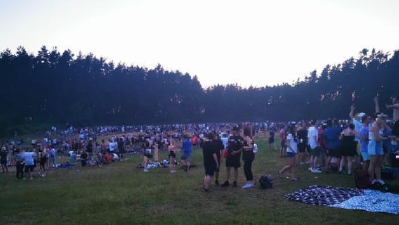 Rund 2000 Party-People feiern am Baggersee in Sengenthal - was bleibt, ist der Müll