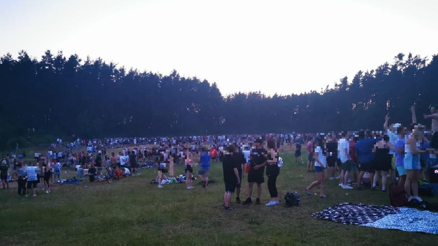 Massen strömen zu Abiparty: 2000 Menschen feiern am Baggersee in Sengenthal