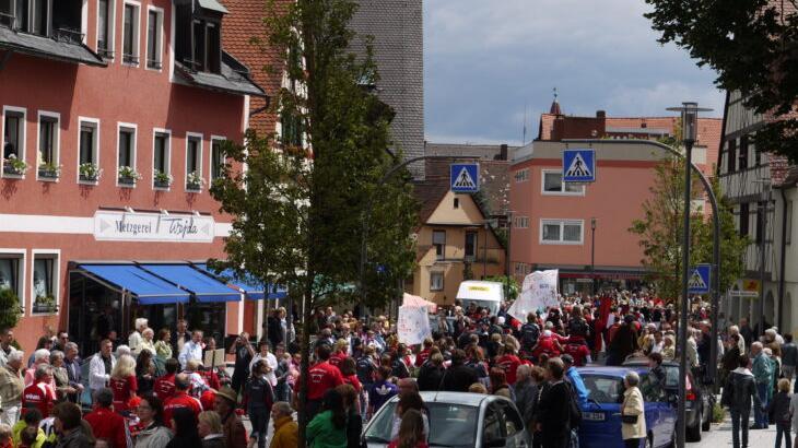 Auf solche Menschenmengen beim Kirchweihfestzug auf der Hauptstraße werden die Feuchter dieses Jahr wohl wieder verzichten müssen.