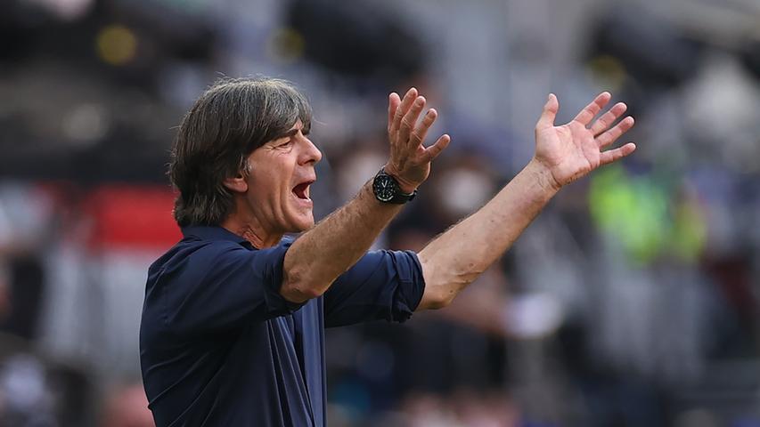 Im legeren blauen Hemd dirigierte Löw engagiert an der Seitenlinie. Sein Startelfpersonal hatte er trotz der Enttäuschung gegen Frankreich unverändert gelassen.