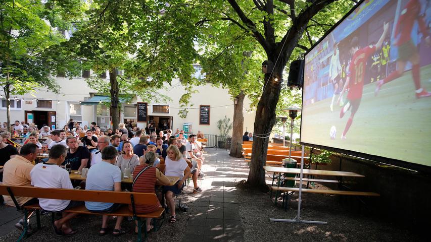 Nürnberg , am  19.06.2021 Ressort: Lokales Foto: Stefan Hippel  Landbierparadies Sterzinger Straße, Fans bei Fußball schauen, während das EM Vorrundenspiel Deutschland - Portugal läuft,