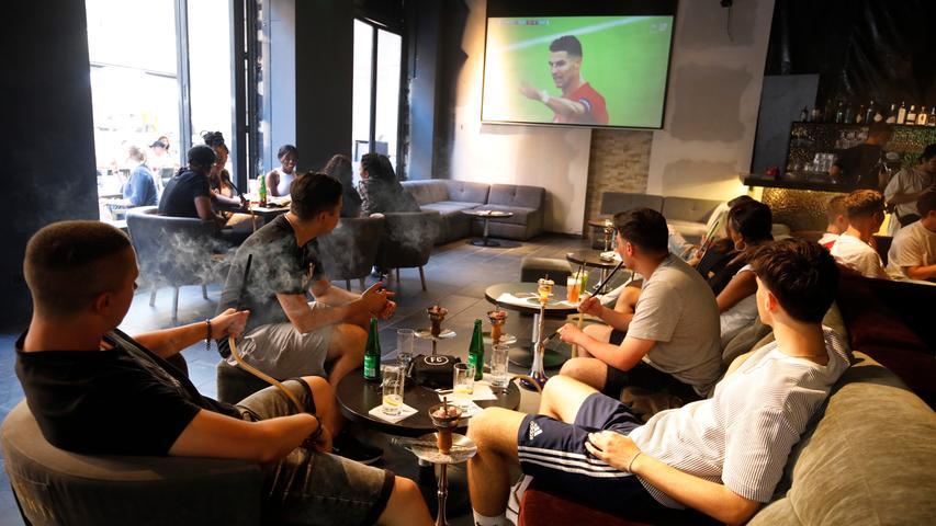 Nürnberg , am  19.06.2021 Ressort: Lokales Foto: Stefan Hippel  Luitpoldstraße, Fans bei Fußball schauen, während das EM Vorrundenspiel Deutschland - Portugal läuft, Sishabar Society