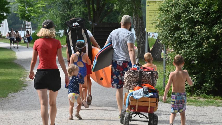 Manche Badegäste kommen mitbis oben hin beladenen Bollerwagen. Vor allem Familien müssen an vieles denken.