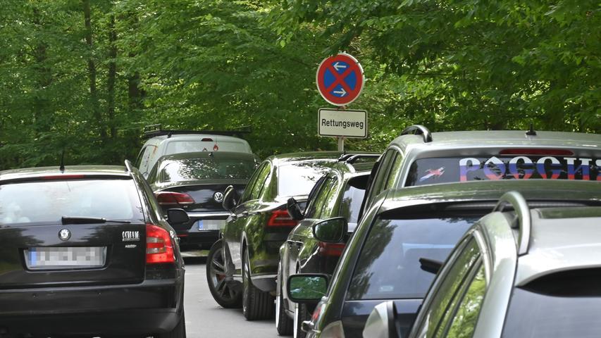 Ein regelmäßiges Ärgernis ist die Flut an Pkw, für die es zu wenige Parkplätze gibt.