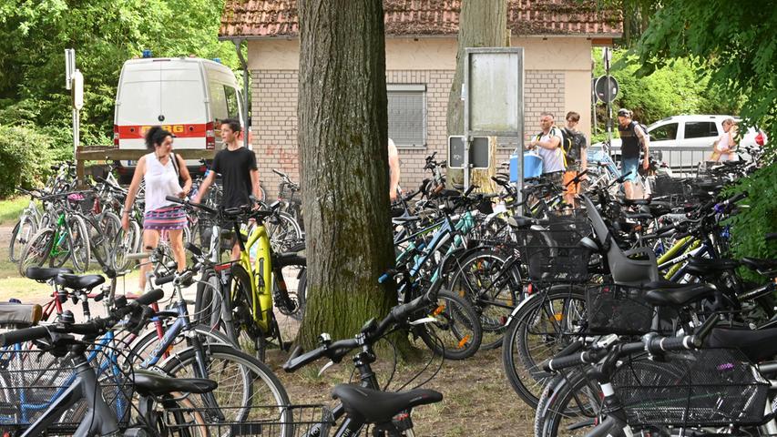 Besser ist die Anreise an den Dechsendorfer Weiher mit dem Rad. Aber auch auf den Parkplätzen für Drahtesel geht es eng zu.