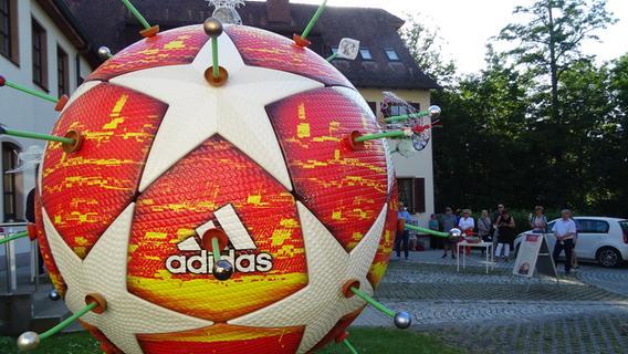 Ein Fußball mutiert in Herzogenaurach zur Virus-Variante