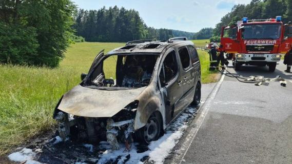 Flammen aus Wagen: Auto brennt im Nürnberger Land komplett aus