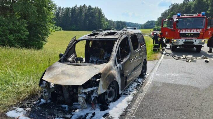 Das Auto musste nach dem Brand abgeschleppt werden.