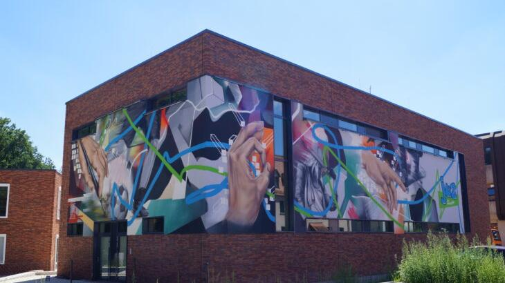 Das imposante Graffiti an der Fassade des Jugendzentrums in Feucht ist ein bunter Blickfang.