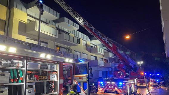 Bilder: Blitz schlägt in Nürnberg ein - Flammen in Wohnhaus