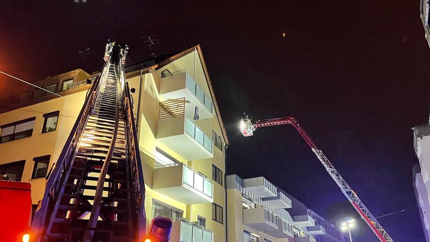 Mit gleich zwei Drehleitern war die Feuerwehr am Sonntagabend am Rathenauplatz in Nürnberg im Einsatz. Dort hatte ein Blitz in ein Wohnhaus eingeschlagen.