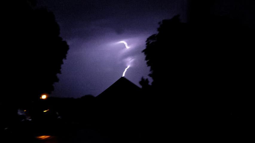 Am späten Sonntagabend traf ein heftiges Unwetter den Großraum Nürnberg. Innerhalb kurzer Zeit regnete und blitztees heftig.