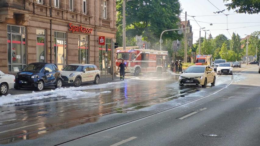 Meterlang klebte der Schaum auf der Fahrbahn.Ein Sprinter war in Brand geraten, die Einsatzkräfte der Feuerwehr konnten die Flammen aber rasch löschen.