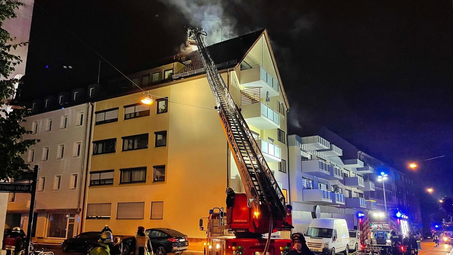 Ein Blitzeischlag löste einen Dachstuhlbrand in der Nürnberger Harmoniestraße aus.