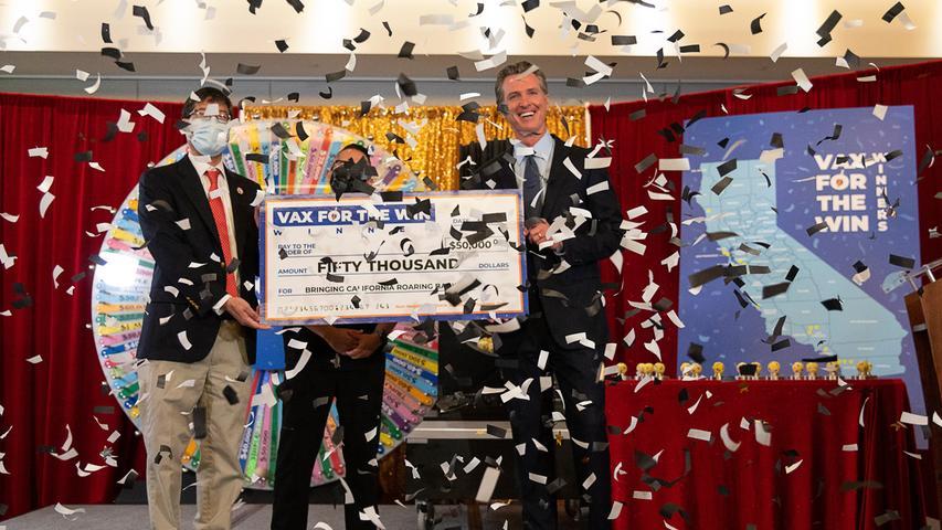 Blick nach Kalifornien, wo eine Lotterie die Menschen dazu animieren soll, sich impfen zu lassen. Anfang Juni zog der Bundesstaat die ersten 15 Gewinner, die 50.000 Dollar für die Impfung gegen COVID-19 erhalten.