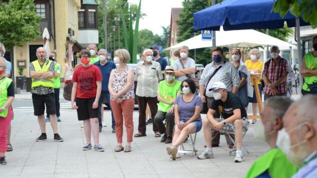 Ein Teil der rund 100 Teilnehmer, die zur Kundgebung gegen die Juraleitung am Feuchter Sparkassenplatz gekommen sind.