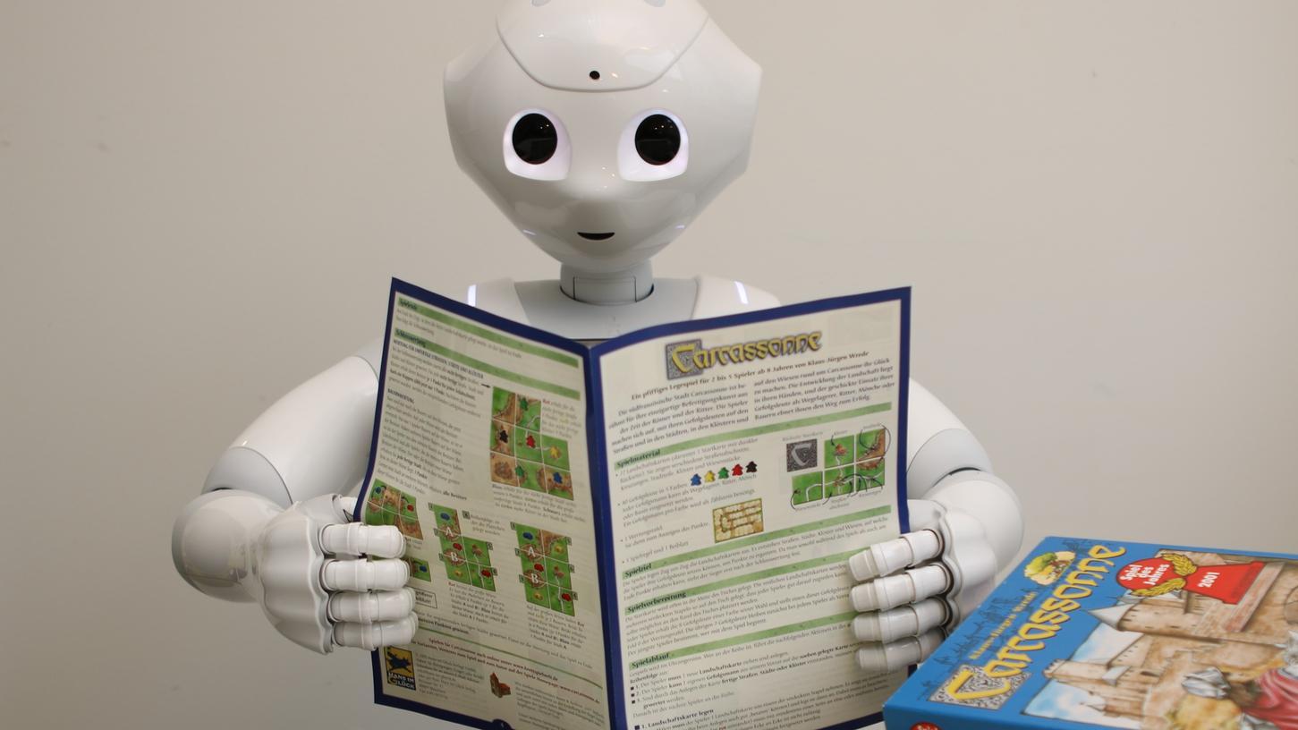 Aus welchen Elementen besteht ein Gesellschaftsspiel? Um das herauszufinden werden über 30.000 Spielanleitungen digitalisiert und ausgewertet. Nicht nur der Roboter muss sie durchlesen, auch die Studierenden und Professoren müssen ran.