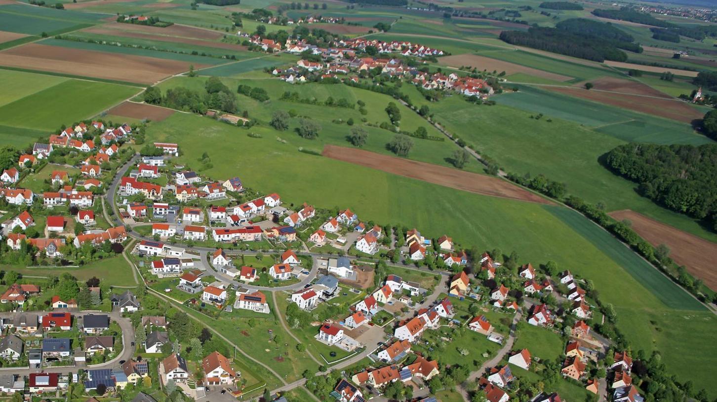 Vorne das Baugebiet Reutberg I, darüber und rechts der Reutberg II. Dahinter soll nun ein weiteres Baugebiet erschlossen werden. Im Hintergrund der ländliche Stadtteil Oberasbach.