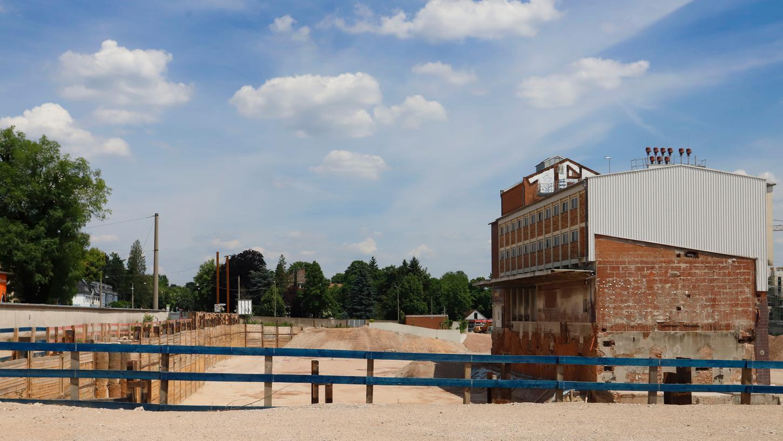 """Großbaustelle """"Monopol491"""" in St. Jobst: Entlang der Äußeren Sulzbacher Straße (li.) entstehen die ersten 180 Wohnungen, die alte Halle (vorn) bleibt erhalten."""