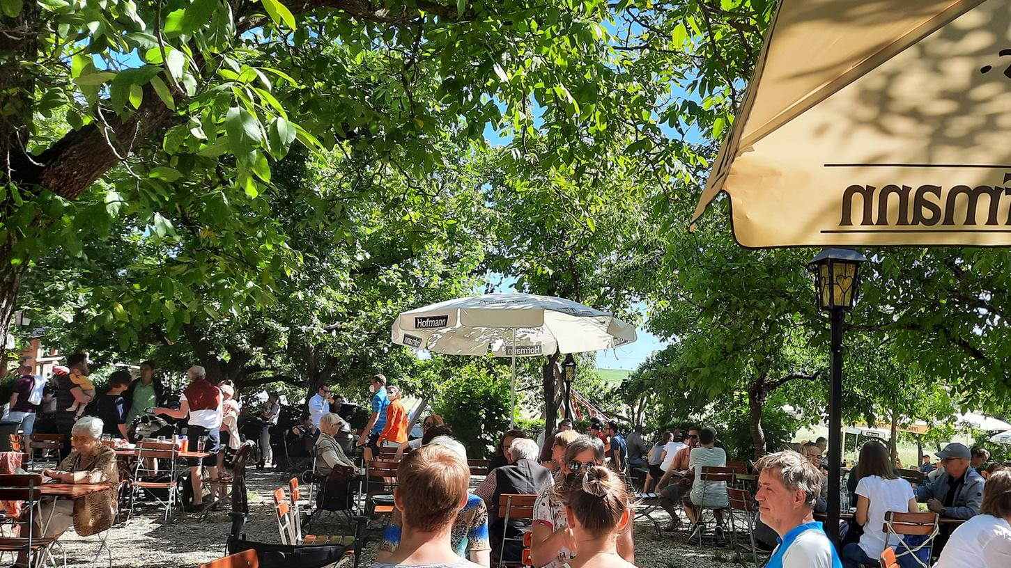 Der Atzelsberger Biergarten von Hans-Jürger Freihardt liegt idyllisch im Grünen unter Obst- und Walnussbäumen, und ist stets gut besucht. Foto: Klaus-Dieter Schreiter