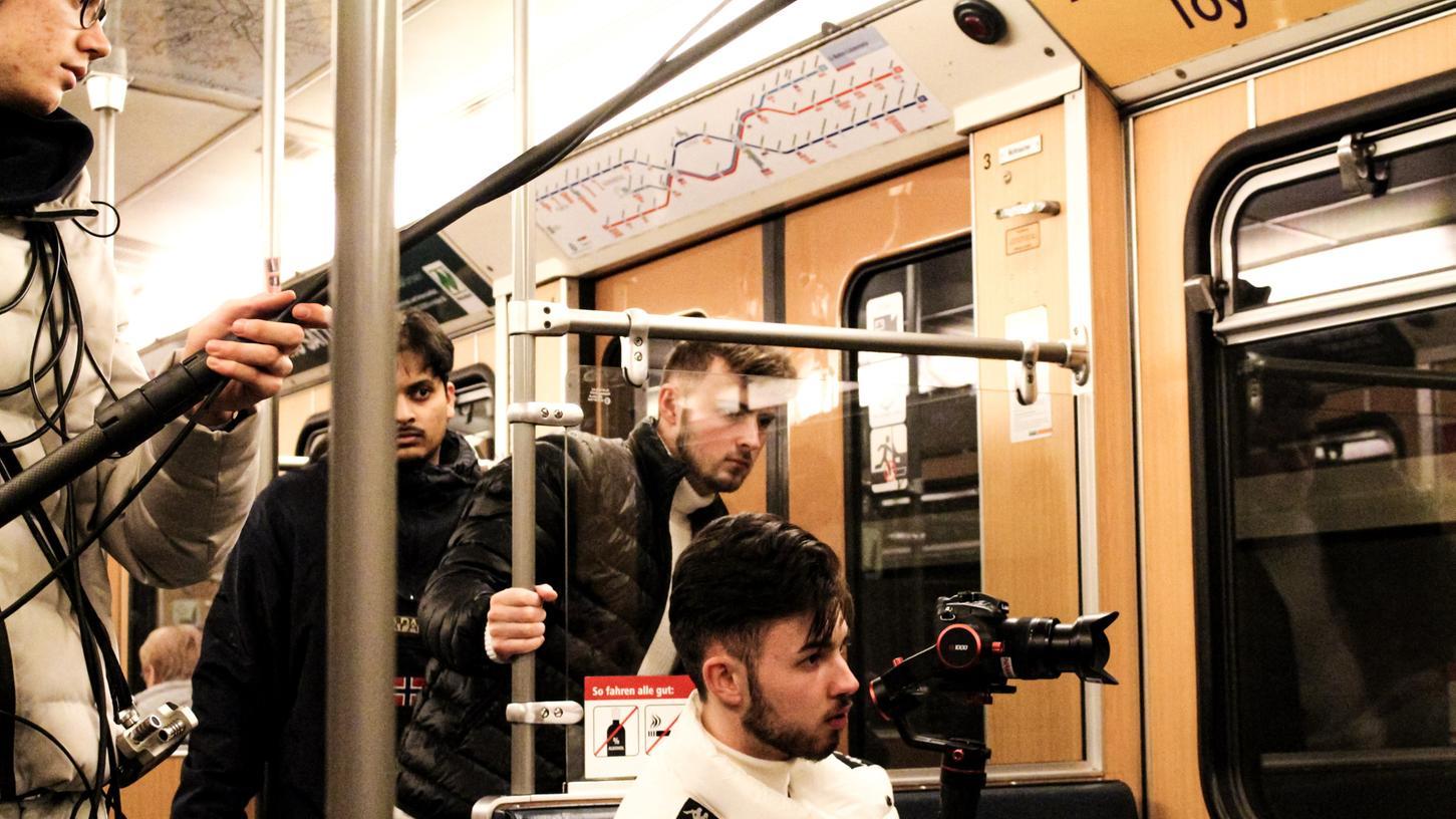 Nick (an der Kamera) und Tim (hinter ihm) Gruber während des Drehs einer U-Bahn-Szene in