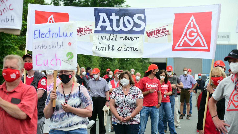 Rund 200 Beschäftigte protestierten in Fürth für den Erhalt ihrer Arbeitsplätze.