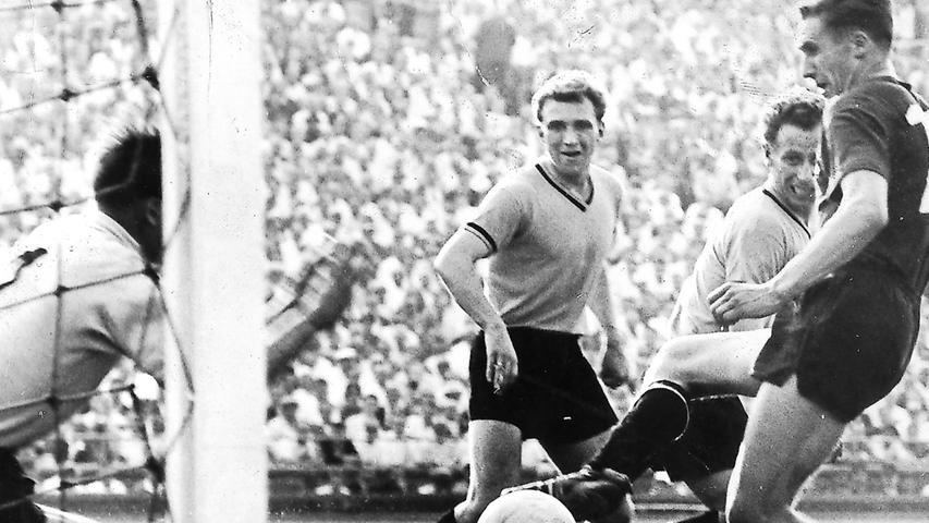 Im Juni 1961 begegnen sich Nürnberg und Dortmund im Finale um die Deutsche Meisterschaft. BVB-Angreifer Alfred Kelbassa tippt im Vorfeld auf ein 7:1 für den Champion von 1956 und 1957. Die Antwort gibt der Club auf dem Rasen. Kurt Haseneder und Heiner Müller steuern die beiden ersten Treffer gegen favorisierte Westfalen bei, ehe Heinz Strehl zum finalen Keulenschlag ansetzt. Durch den 3:0-Finalerfolg in Hannover sichert sich der Club seinen achten Meistertitel. Max Morlock reckt die Schale anschließend freudestrahlend in die Höhe. Der 36-Jährige hat den Siegeszug der jungen Club-Wilden angeführt, der in Niedersachsen seinen krönenden Abschluss findet. Und welches Tor nimmt man da jetzt? Vielleicht Nürnbergs zweites, das den FCN gegen den BVB bereits in Hälfte eins auf die Siegerstraße führt - den Treffer von Heiner Müller.