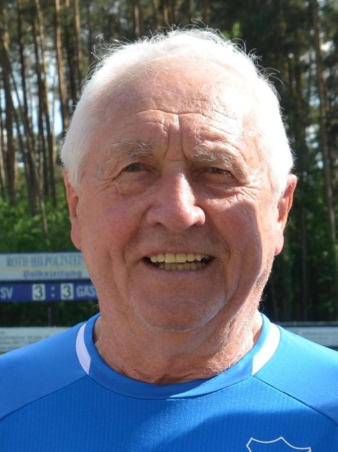 Heini Müller, 87 Jahre alt, verwitwet und glücklicher Großvater, war in seiner Jugend ein erfolgreicher Radsportler und spielte Fußball beim TSV Roth. Im Alter von 22 Jahren schloss er sich dem 1.FC Nürnberg an, für den der technisch filigrane Fußballer in elf Jahren 313 Spiele bestritt. Sein größter Erfolg war der Meistertitel 1961. Müllers Biographie