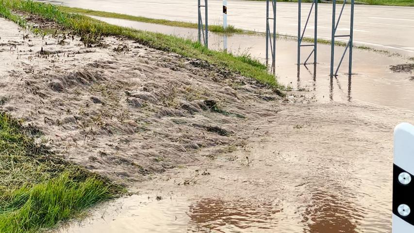 Die enormen Wassermassen sorgten im Landkreis für überschwemmte Straßen. Auch einige Keller liefen aufgrund des hohen Regenaufkommens voll.