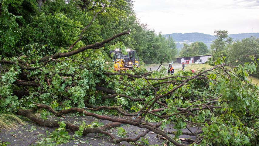 In der Oberpfalz meldeten die Einsatzkräfte am Dienstag insgesamt rund zehn Einsätze, meistens wegen auf Straßen gefallener Äste oder Wasser, welches in die Richtung von Kellern floss.