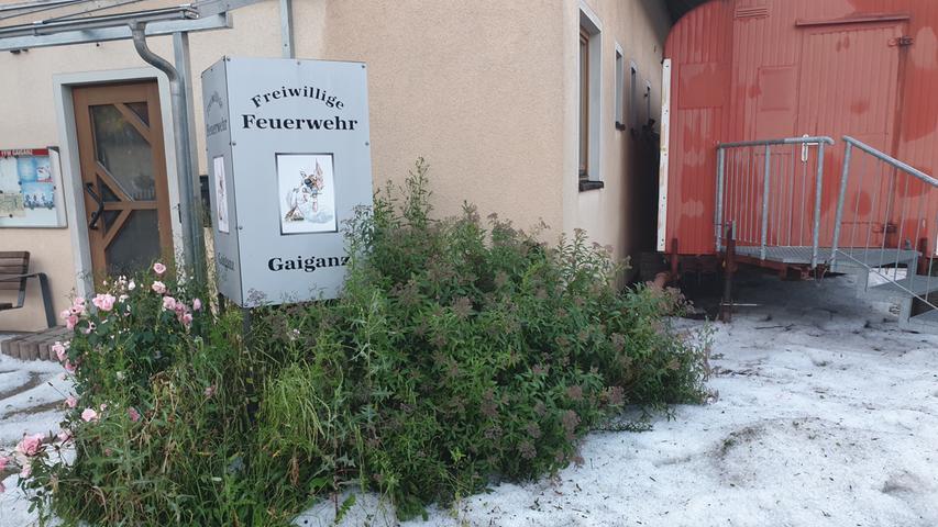 Weiße Vorgärten waren am Dienstag vor allem im südlichen Teil des Landkreises Forchheim keine Seltenheit.