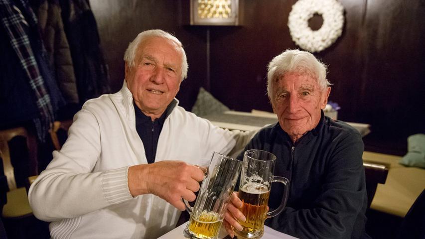 Heinz hat schöne Pässe gespielt und gute Freistöße geschossen. Im Meisterjahr hatte ihn die Jugend um Steff Reisch abgelöst, aber es war gut, ihn dabeizuhaben. Auf dem Platz spielte er rechts von mir, am Stammtisch saß er links von mir.