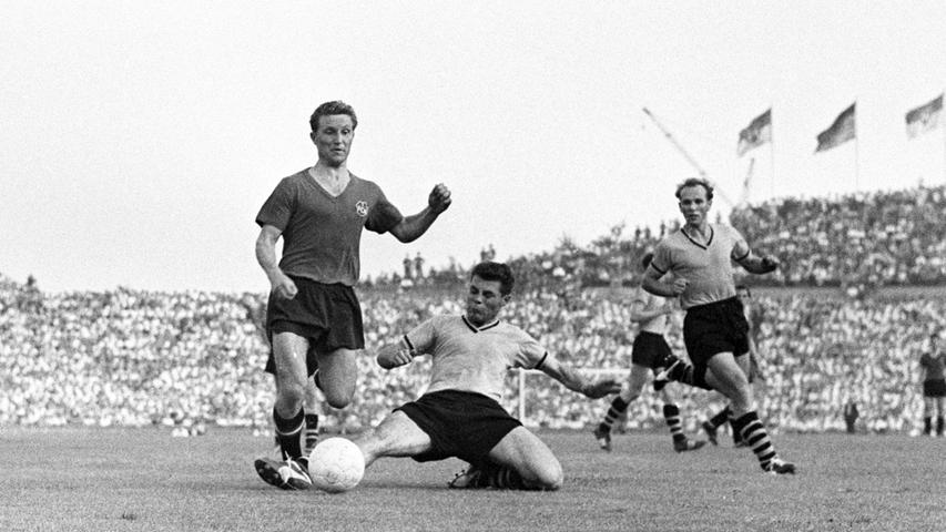 Der Joe war ein guter Stürmer, für den vorne aber kein Platz mehr war. So ist er nach rechts hinter Max Morlock gerückt und hat ihm den Rücken freigehalten. Er war ein sehr guter Fußballer und später in Herzogenaurach der Jugend-Trainer von Lothar Matthäus.