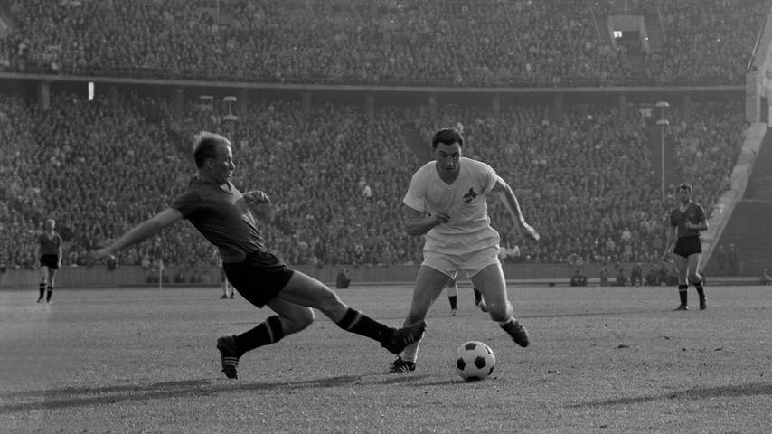 Helmut war eisenhart als Verteidiger, ein legendäres Spiel hat er gegen Helmut Rahn gemacht, den zweifachen Torschützen des WM-Finales von 1954. Rahn wollte nie wieder gegen unseren Helmut spielen, hieß es. Wir hatten 1961 noch klassische Verteidiger, für die an der Mittellinie das Spielfeld beendet war.
