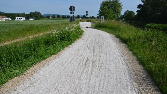 Zu viel Split: Der frisch gemachte Weg am alten Kanal ist unbefahrbar