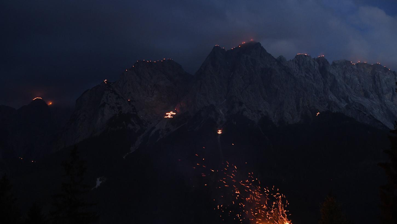 Johannifeuer brennen am Vorabend des Johannitages auf den Gipfeln des Wettersteingebirges.