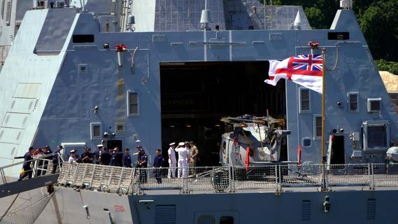 Bomben abgeworfen: Russland vertreibt britisches Kriegsschiff