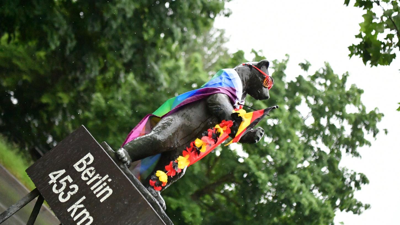 Der Berlin-Bär zeigt Flagge - diesmal die des Regenbogens.